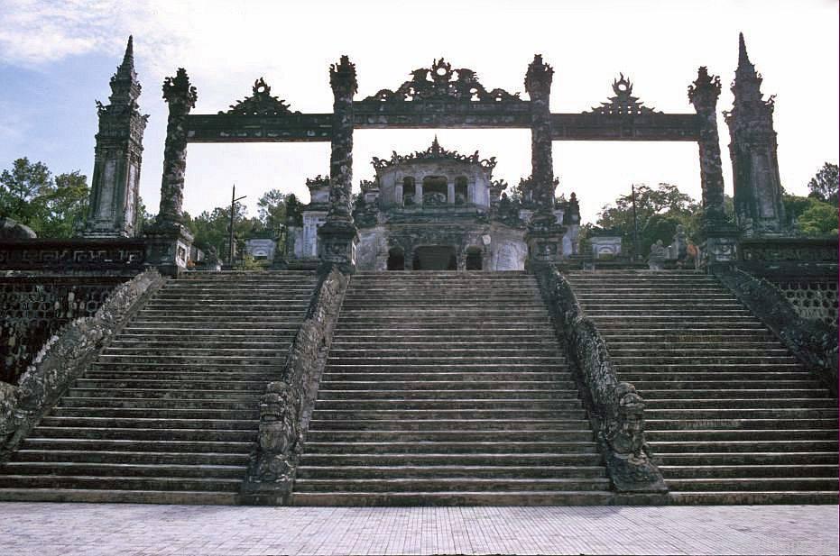 Huế: Cầu thang lên ngôi mộ Khải Định
