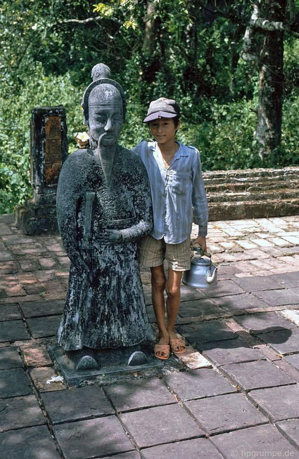 Huế: Lăng Vua Tự Đức - tượng nhỏ và cậu bé với ấm trà