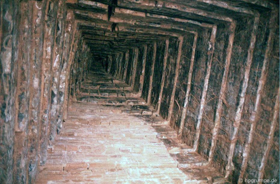 Phế tích Mỹ Sơn - nhìn vào mái nhà