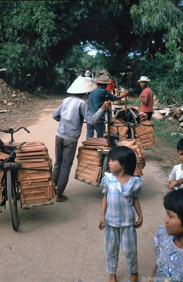 Mỹ Lai: vận chuyển mái ngói