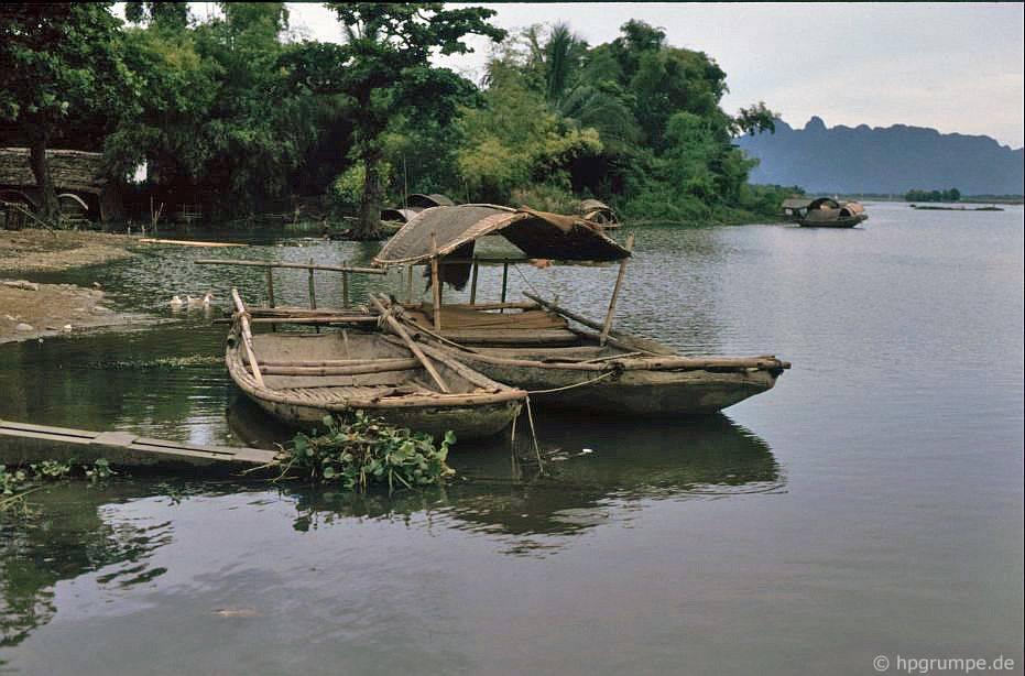 Thuyền phẳng để vận chuyển hành khách trong vịnh halong khô