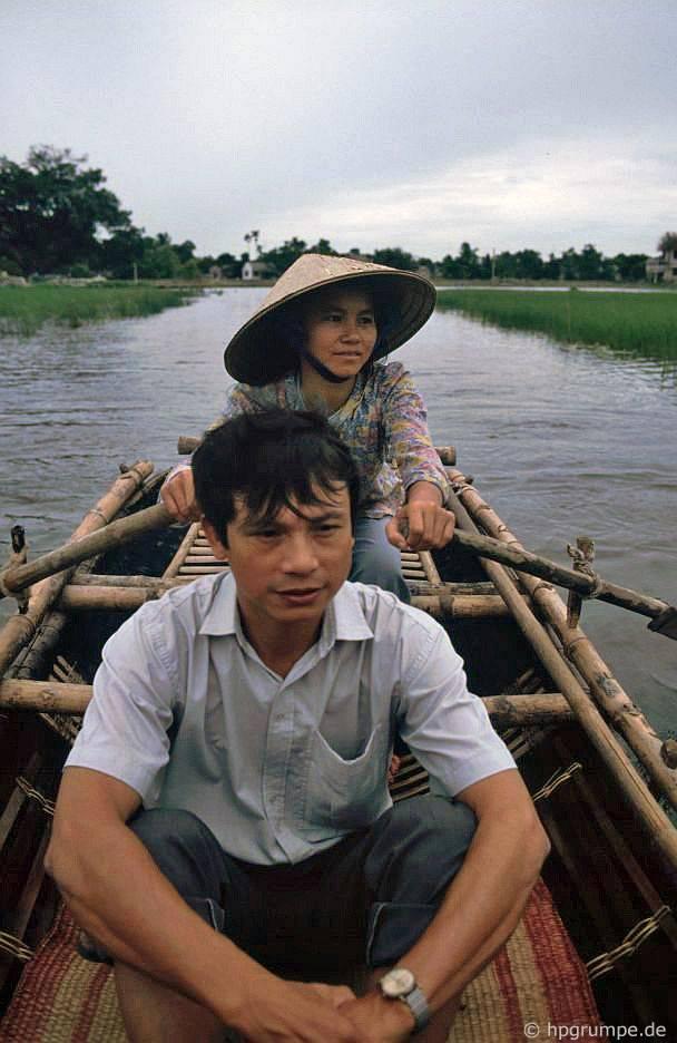 Trong thuyền trên một trong các kênh trong Halongbay khô