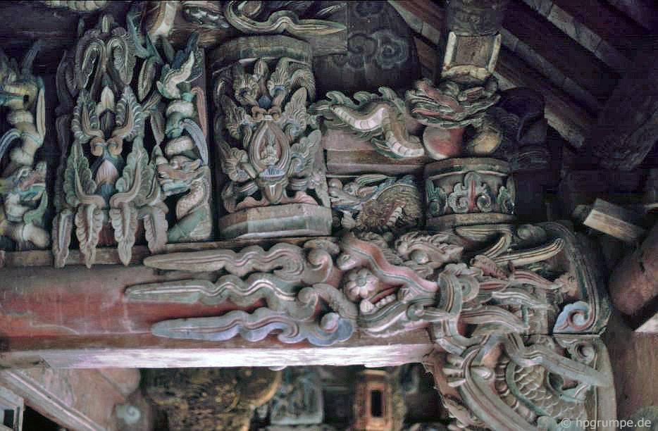 Hoa Lư: chạm khắc tại đền Den Le Dai Hanh