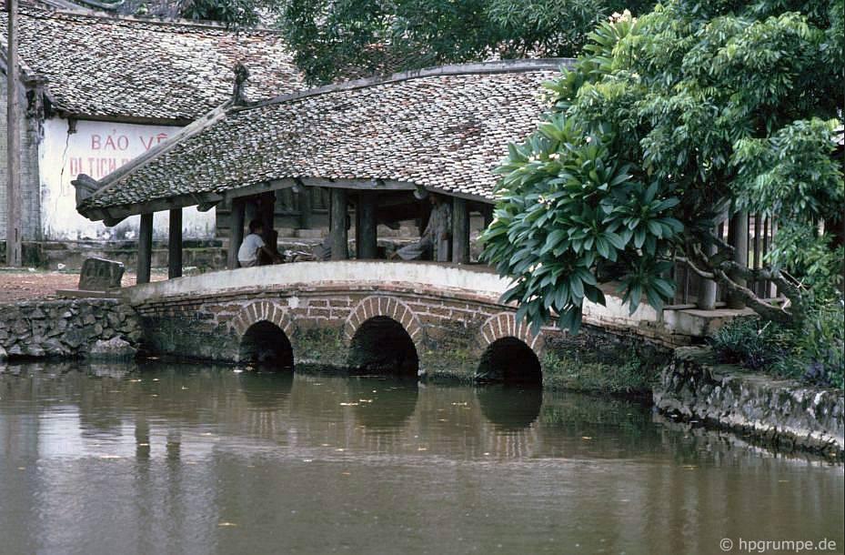 Chùa Chua Thầy: cây cầu cũ