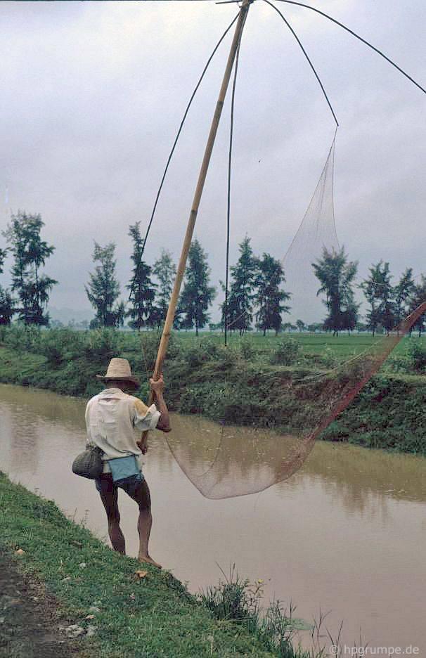 Ngư dân tại một trong các kênh thủy lợi