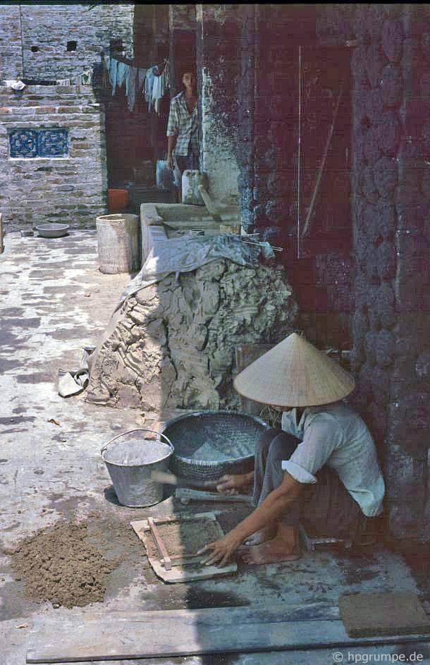 Bát Tràng: Sản xuất gạch trang trí