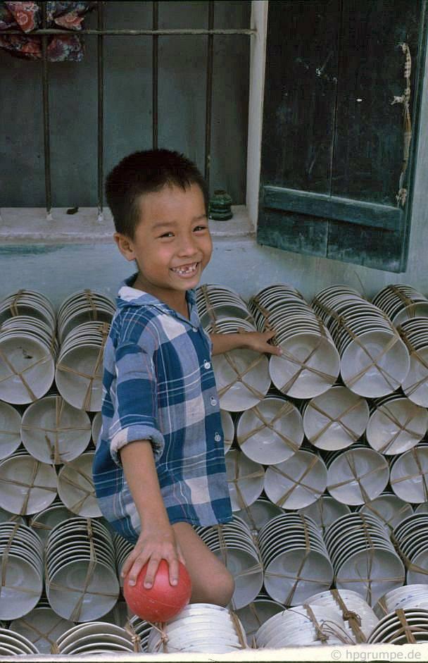 Bát Tràng: Khay chứa hàng để vận chuyển