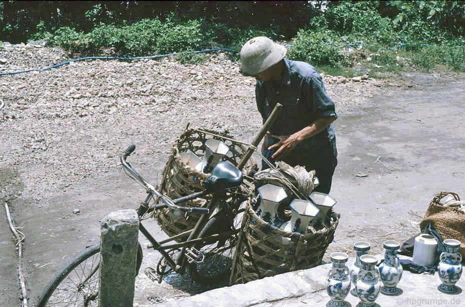 Bát Tràng: Đang tải xe đạp