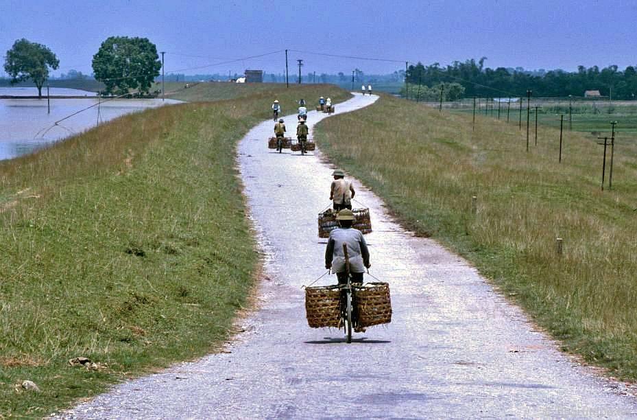 Bát Tràng: vận chuyển đồ sứ bằng xe đạp đến Hà Nội