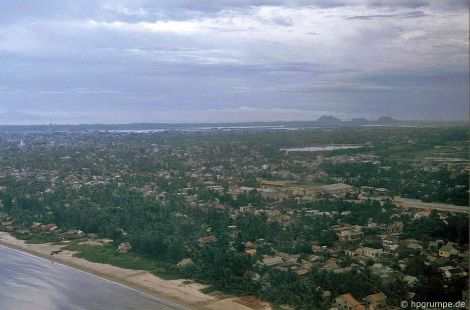 Quang cảnh Đà Nẵng từ máy bay; trong nền tảng các ngọn núi đá cẩm thạch
