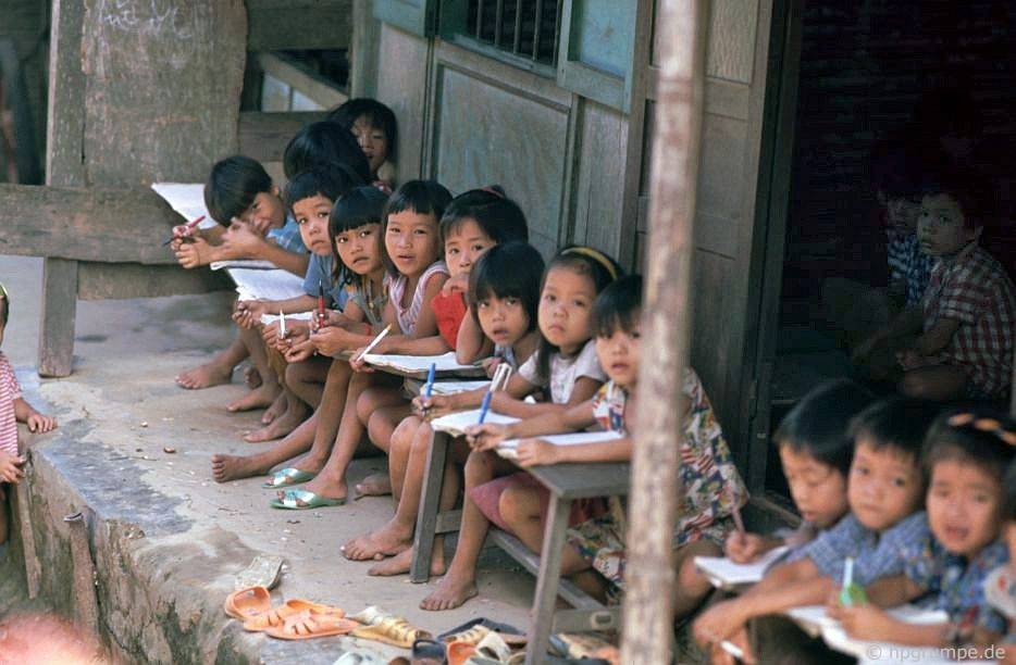 Trường học trong làng Bản Việt