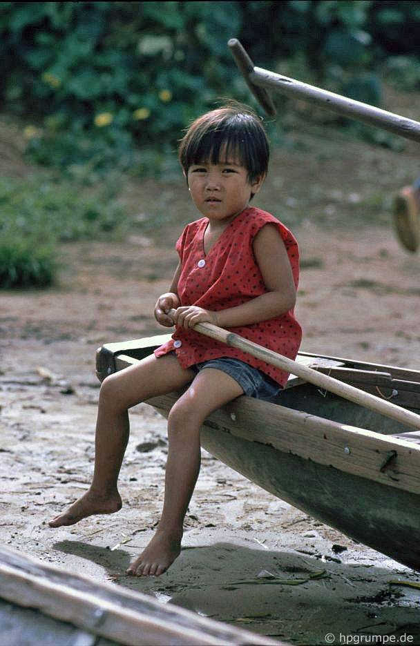 Chân ở Ban Việt: con và thuyền