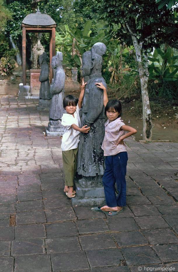 Huế: mộ Minh Mạng - con số với trẻ em
