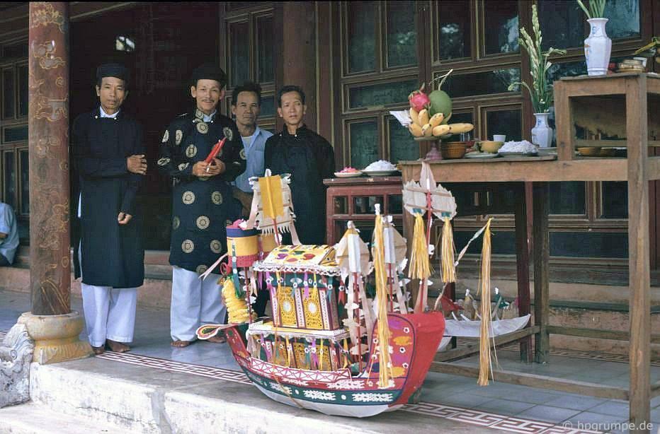 Huế: Chùa Hòn Chén - mô hình tàu giấy cho lễ tử tế