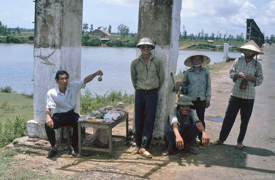 Tại cầu Hiền-Lương