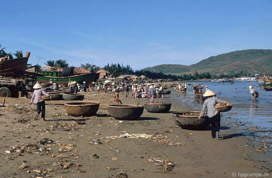 Quy Nhơn: Thuyền thả trên bãi biển