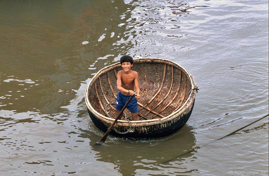 Nha Trang: cậu bé trong chiếc thuyền buồm