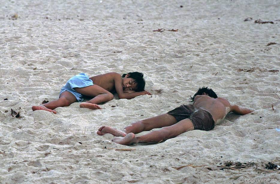 Nha Trang: 2 chàng trai ngủ trên bãi biển