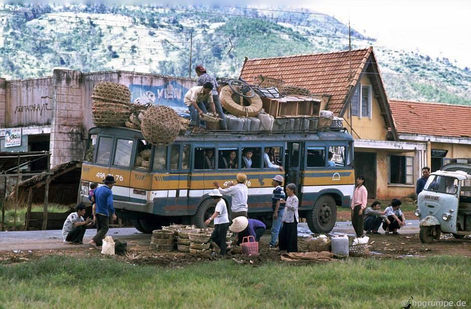 Ảnh 'kinh hoàng' về xe khách siêu tải trọng ở Việt Nam đầu thập niên 1990