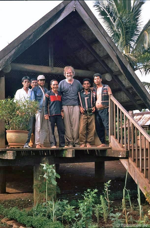Trong làng Êđê Ko Dhong: Ông Mamahrine cùng con trai