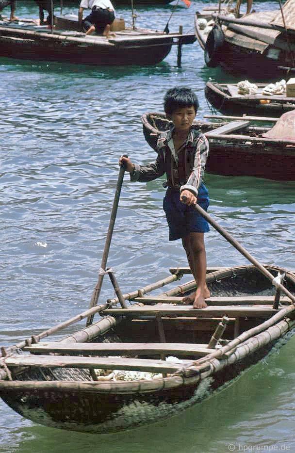 Vịnh Hạ Long: cậu bé trong thuyền