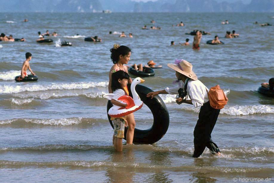 Vịnh Hạ Long: Các nhiếp ảnh gia trên bãi biển tại Hồng Gai