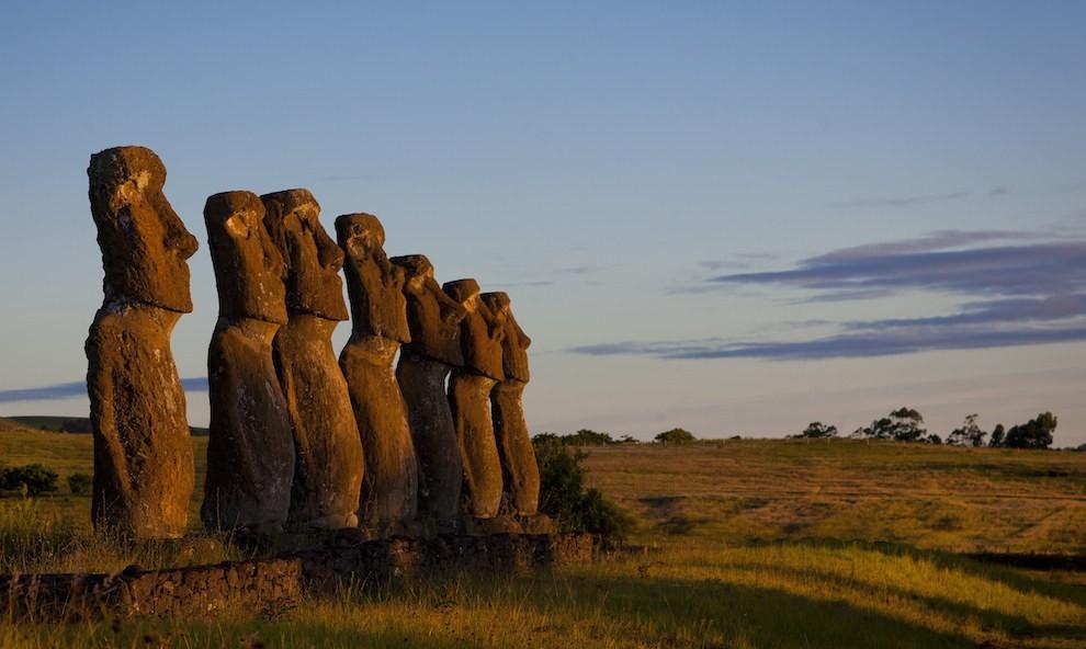 Đảo Phục Sinh ở Chile là một trong những hòn đảo có vị trí bị cô lập nhất trên thế giới. Tuy nhiên, nơi đây lại rất nổi tiếng với vẻ đẹp tự nhiên hoang sơ vốn có hay những câu chuyện đầy bí ẩn xoay quanh gần 900 bức tượng đá Moai khổng lồ.