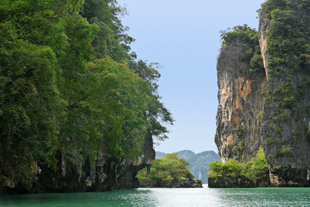 Vịnh Phang Nga nằm giữa Bán đảo Mã Lai và đảo Phuket tại biển Andaman, được bảo tồn tại Vườn quốc gia Ao Phang, Thái Lan là một địa điểm du lịch rất nổi tiếng đối với du khách.