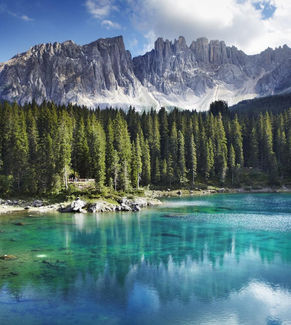 Nằm giữa một khu rừng linh sam cổ rộng lớn và núi Latemar, hồ Carezza là viên ngọc tuyệt đẹp của vùng đất hoang dã Dolomites, Italy. Tương truyền hồ Carezza là nơi ở của một nữ thần sắc đẹp.