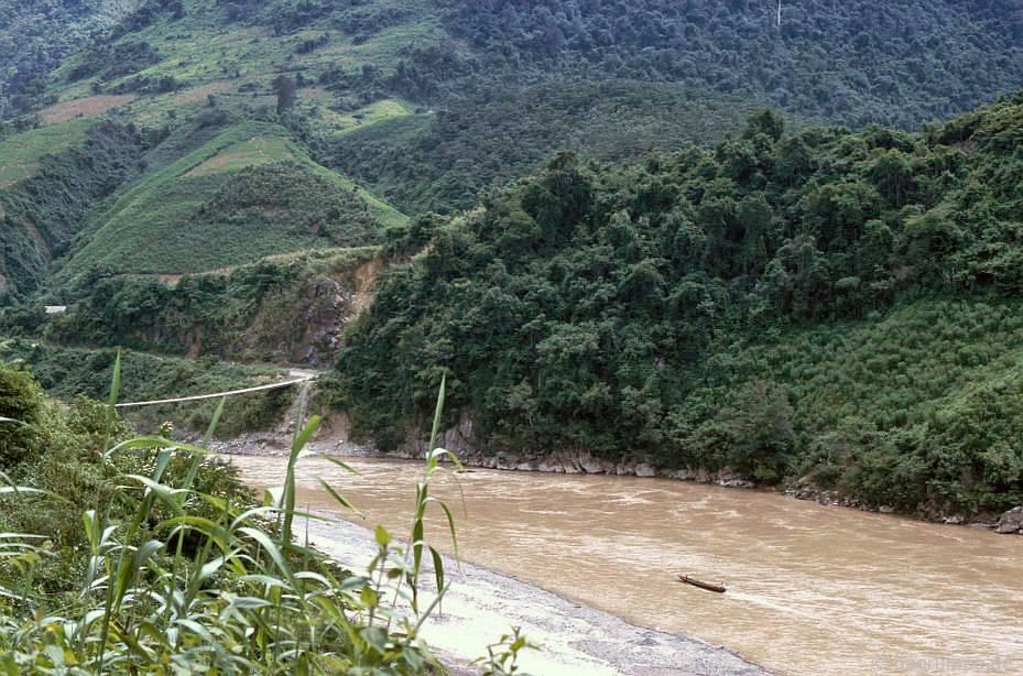 Tại Lai Châu: sông có cầu treo