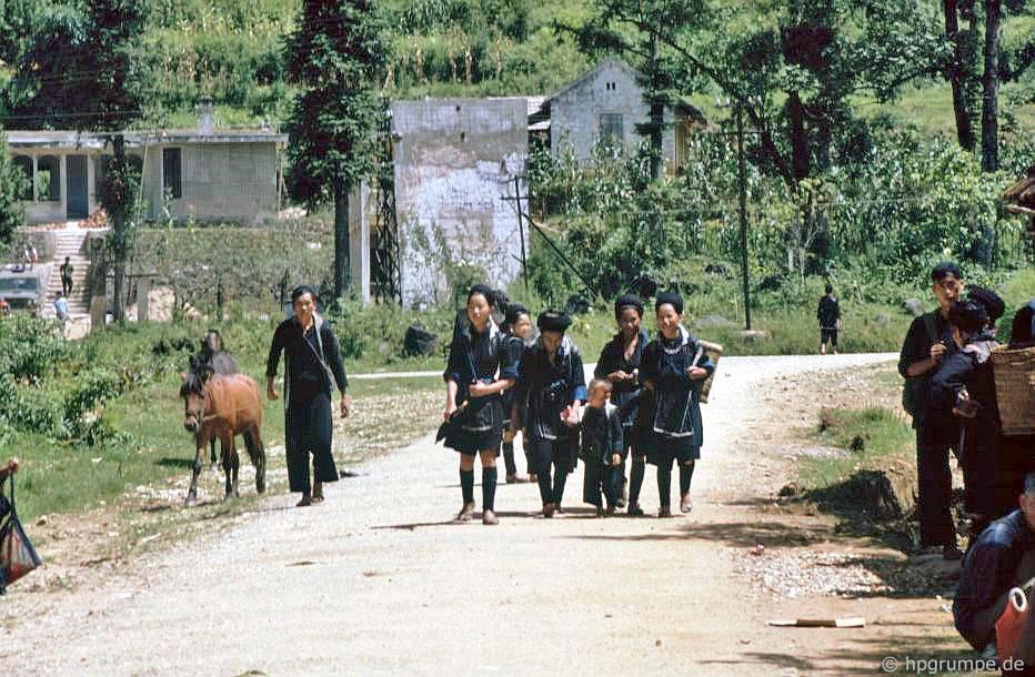 Sa Pa: gia đình Hmong trên đường về nhà