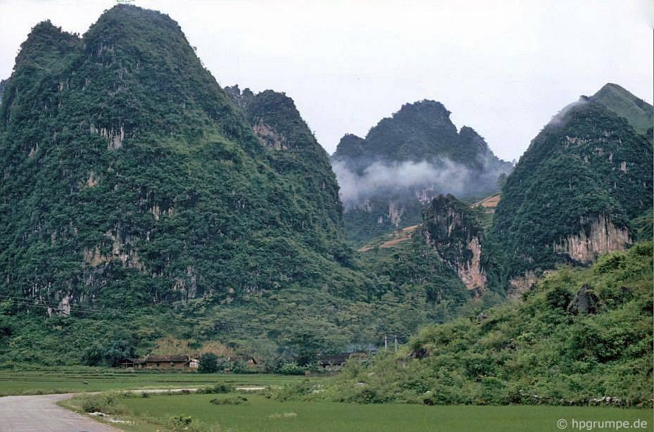 Phong cảnh giữa Cao Bằng và biên giới Trung Quốc