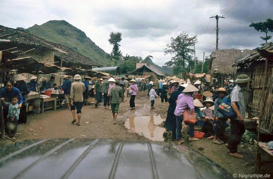 Chợ giữa Cao Bằng và biên giới Trung Quốc