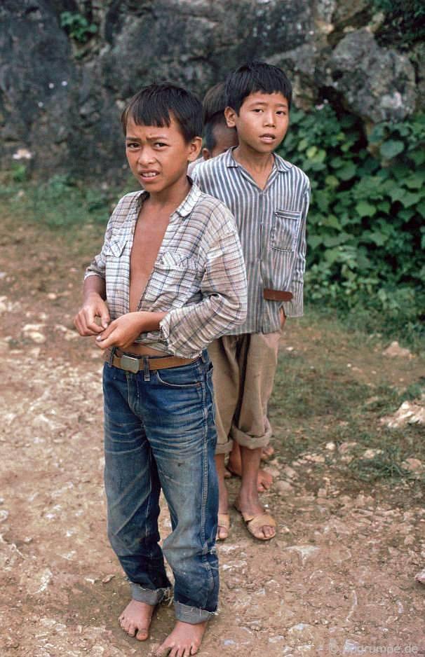 Trẻ em ở thác nước