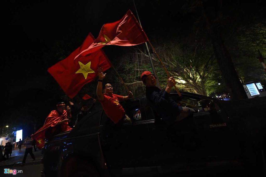 Ho Guom ruc mau co do sau chien thang cua U23 Viet Nam hinh anh 8