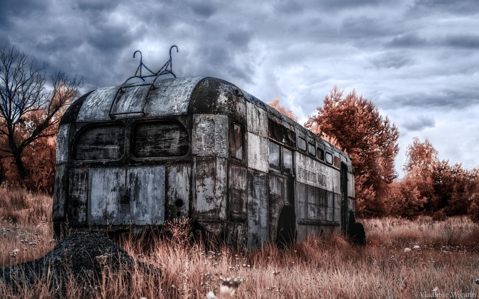 Một chiếc xe bus nằm ở bãi phế liệu