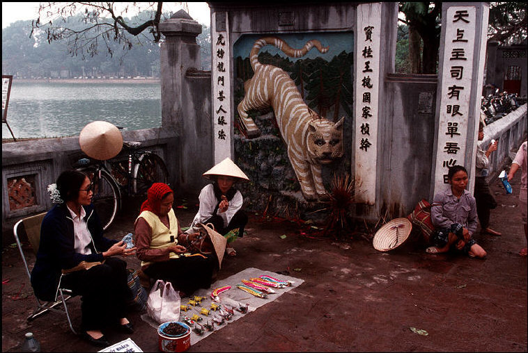 Anh chat ve Ha Noi nam 1994-1995 cua Bruno Barbey (1)