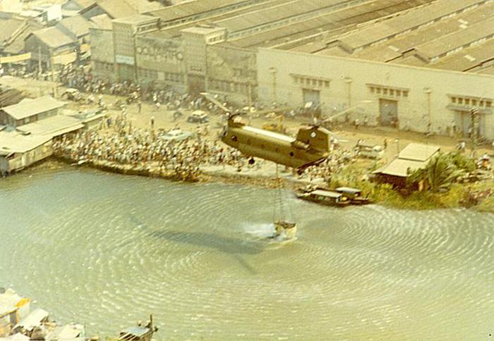 Chùm ảnh: Trực thăng Mỹ múc nước chữa cháy ở Sài Gòn năm 1971