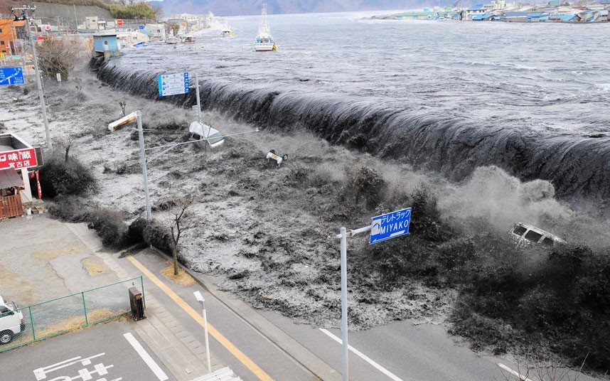 Những ngọn sóng dữ đổ ập xuống đường phố ở thành phố Miyako, Nhật Bản. Thảm họa kép ngày 11/3 bắt đầu bằng một trận động đất có cường độ đến 9 độ Richter, tâm chấn ở khu vực đông bắc thủ đô Tokyo, Nhật Bản. Ảnh: Reuters