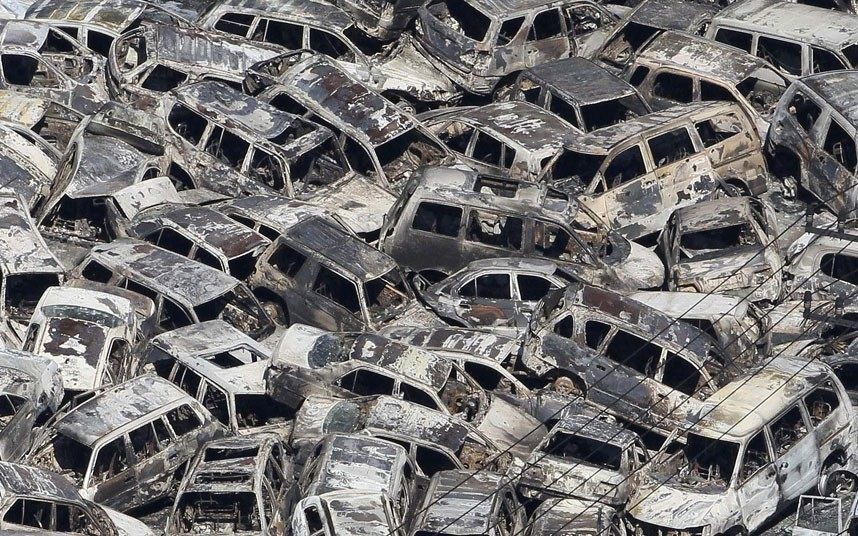 Hàng loạt xe hơi hư hỏng nặng và đè chồng lên nhau sau khi sóng thần đổ bộ vào làng Tokai, tỉnh Ibaraki. Ảnh: AFP