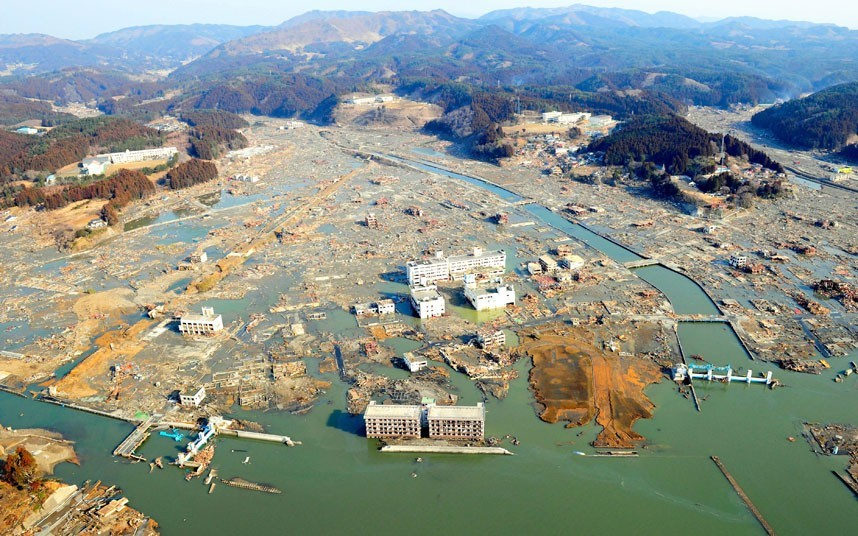 Toàn cảnh khu vực hoang tàn ở thành phố Kamiishi, tỉnh Iwate, sau khi sóng thần đánh vào đây. Ngân hàng Thế giới ước tính Nhật Bản tổn thất hơn 235 tỷ USD sau thảm họa kép, một trong những tổn thất vì thiên tai nặng nề nhất thế giới. Ảnh: EPA