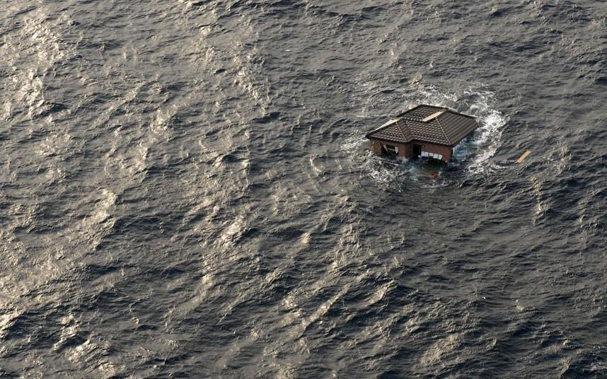 Một ngôi nhà trôi dạt giữa Thái Bình Dương. Bức ảnh chụp ngày 11/3, hai ngày sau khi Nhật Bản hứng chịu thiên tai kép gồm động đất và sóng thần. Ảnh: Reuters