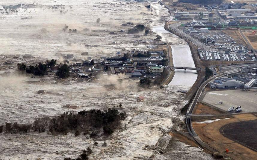 Một tiếng sau khi động đất xảy ra, sóng thần từ bờ biển quét vào những khu dân cư ven biển ở tỉnh Iwanuma, kéo về sân bay Sendai. CNN cho biết, số người thiệt mạng trong thảm họa động đất và sóng thần tính đến ngày 10/2/2015 là hơn 15.890 người. Ảnh: AP