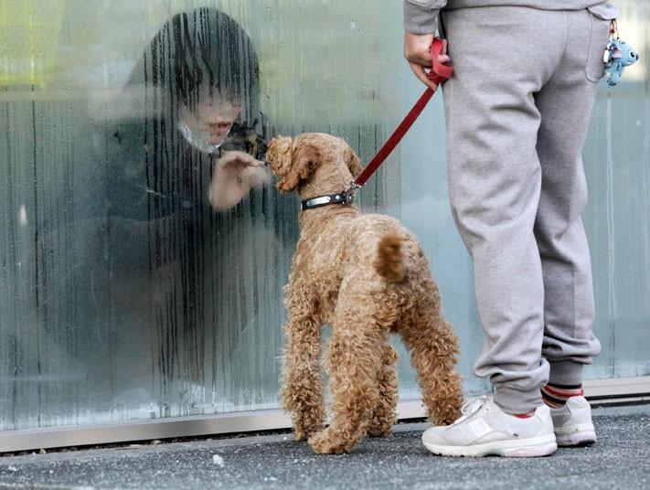 Một cô gái trong khu vực cách ly tạm thời ở thành phố Nihonmatsu, tỉnh Fukushima dành cho những người đã tiếp xúc với phóng xạ rò rỉ sau động đất và thiên tai. Ảnh: Reuters