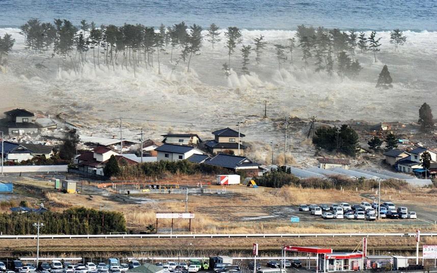 Những ngọn sóng lớn nuốt chửng nhà cửa ở thành phố Natori, tỉnh Miyagi, Nhật Bản vào ngày 11/3. Nhiều địa phương ghi nhận các ngọn sóng cao đến 10 mét. Ảnh: AP Một vụ nổ lớn xảy ra ở nhà máy lọc dầu tại thành phố Chiba không lâu sau khi trận động đất làm rung chuyển Nhật Bản ngày 11/3. Ảnh: EPA