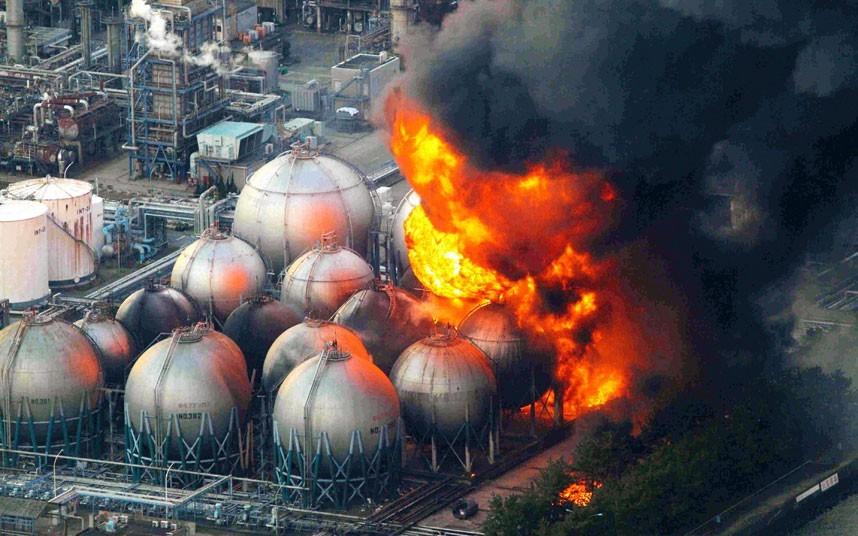 Một vụ nổ lớn xảy ra ở nhà máy lọc dầu tại thành phố Chiba không lâu sau khi trận động đất làm rung chuyển Nhật Bản ngày 11/3. Ảnh: EPA