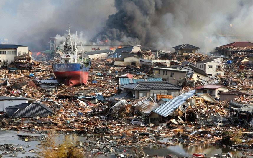 Một con tàu lớn do sóng thần cuốn vào đất liền ở thành phố Kesennuma, tỉnh Miyagi. Ảnh: EPA