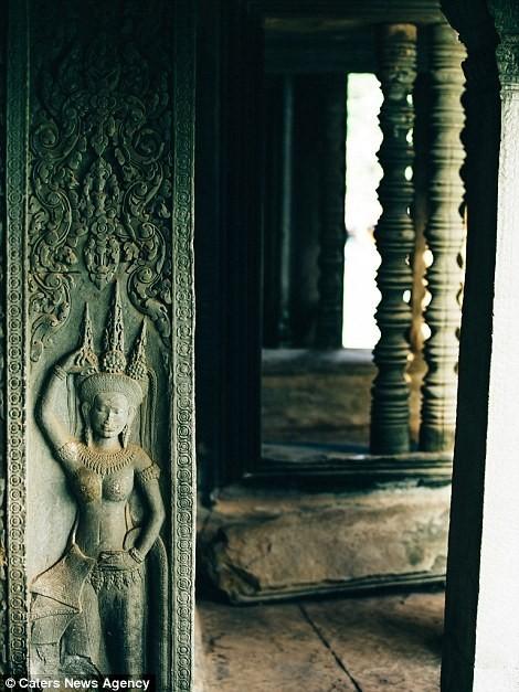 Nhiều tác phẩm điêu khắc Hindu nằm dọc hành lang trong đền.