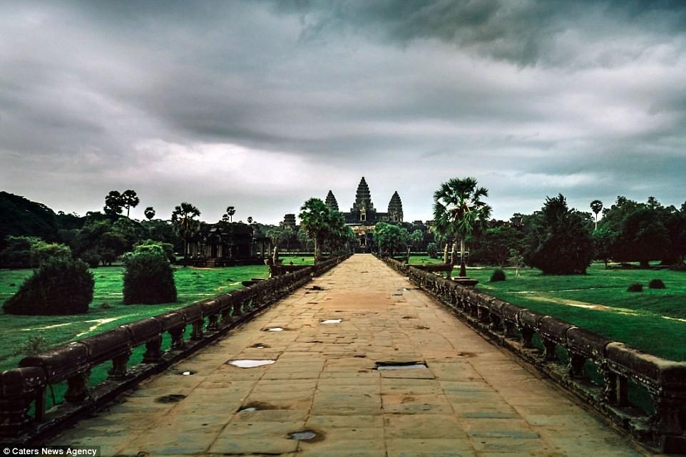 Những đám mây sà xuống Angkor Wat, một trong những quần thể đền nổi tiếng nhất thế giới.
