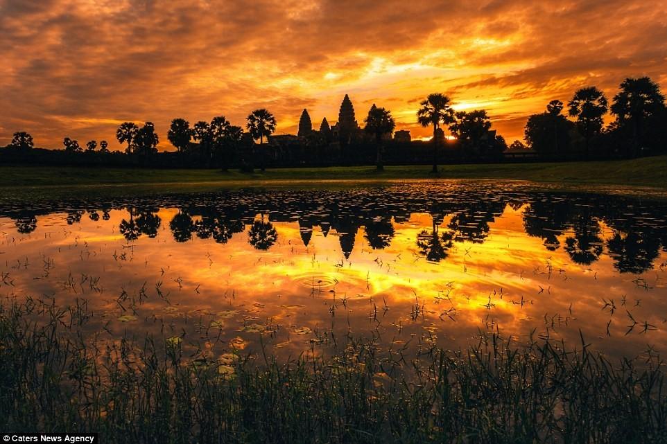 Hoàng hôn nhuộm sẫm trên những ngọn tháp Angkor.